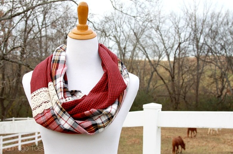 20+ Christmas Sewing Projects featured by top US craft blogger, Sweet Red Poppy: U Create Christmas Infinity Scarf Tutorial