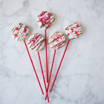 Learn how to make these easy cookie pops!