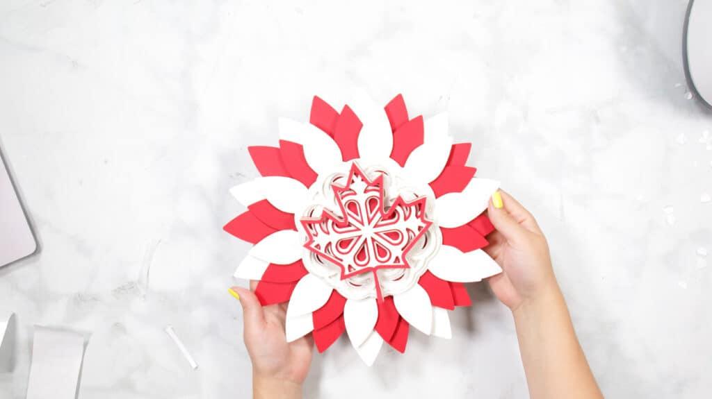 Canada Day Wreath vom beliebten US-Handwerksblog Sweet Red Poppy: Bild eines geschichteten Canada Day-Kranzes.