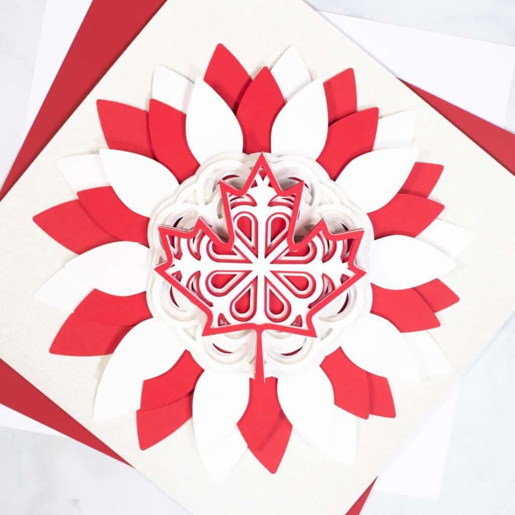 Canada Day Wreath vom beliebten US-Handwerksblog Sweet Red Poppy: Bild eines DIY-geschichteten Canada Day-Kranzes.