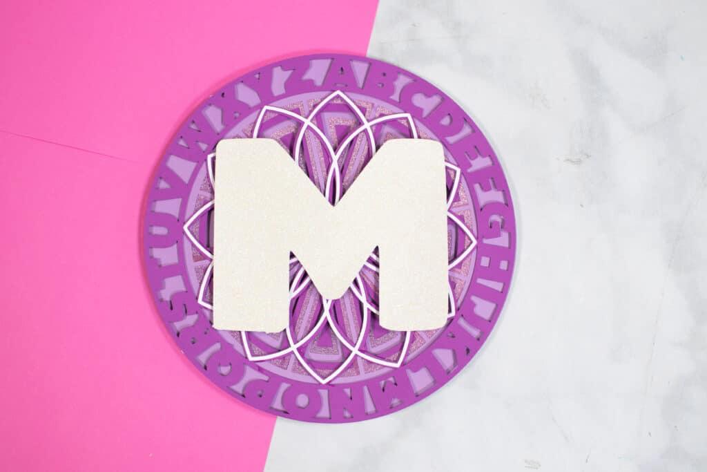 Alphabet Mandala vom beliebten US-Handwerksblog Sweet Red Poppy: Bild eines geschichteten Alphabet-Mandala.